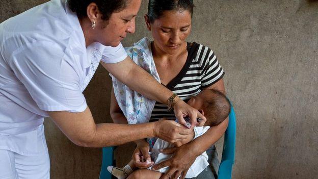 Madre vacunando a su bebé