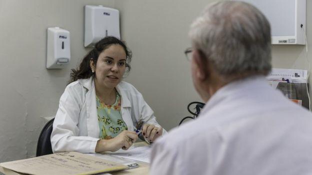Médica Lourdes Ojeda atende paciente brasileiro pelo SUS, no Bom Retiro