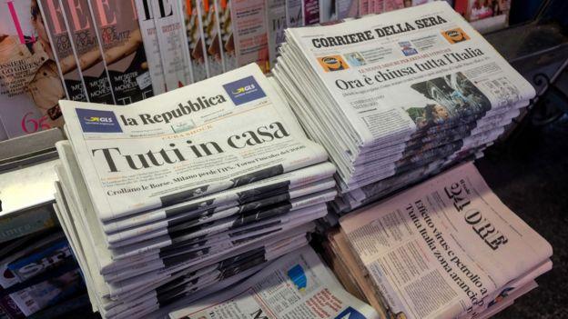Los periódicos italianos informan las medidas anunciadas por el primer ministro, Guiseppe Conte.