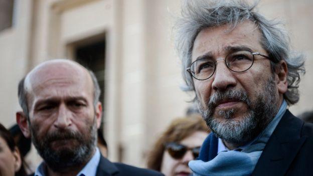 Erdem Gül ve Can Dündar katıldıkları bir duruşma önce İstanbul Adliyesi önünde açıklama yapıyor.