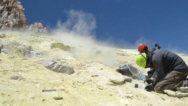 Científicos tomando muestras en el volcán Ticsani en Perú