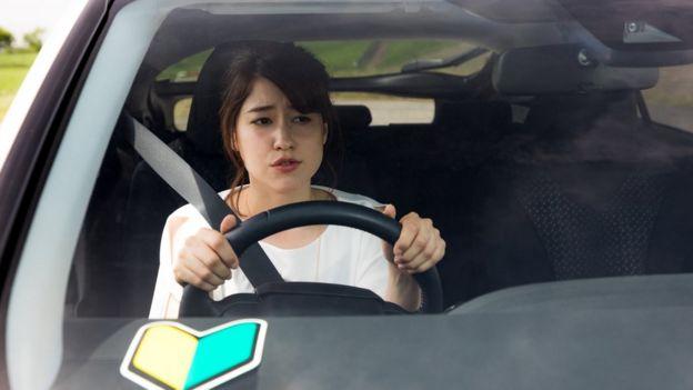 Mujer japonesa al volante.