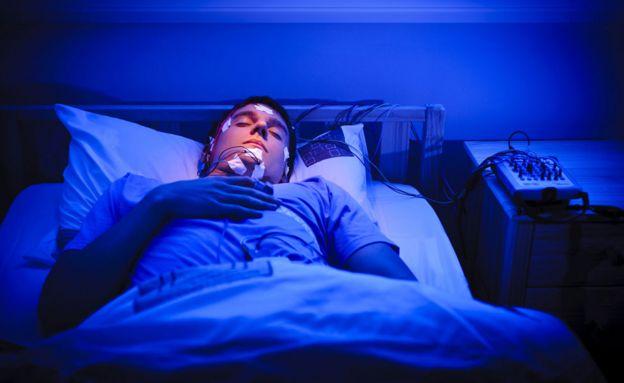 Мужчина с датчиками анализа сна на голове