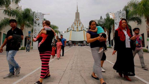 Um grupo de fiéis da LLDM caminha em Guadalajara