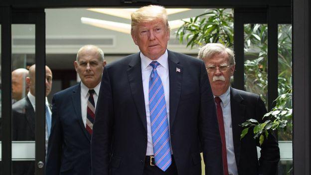John Kelly, Donald Trump y John Bolton caminando juntos