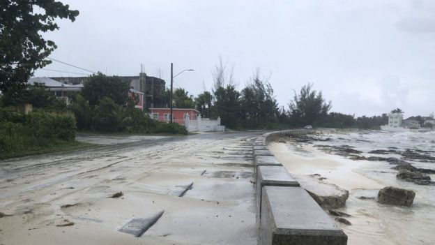 Efectos del huracán a su paso por Nassau, Bahamas.