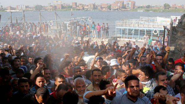 جانب من تشييع جنازة القتيل خلال الاشتباكات بين السكان وقوات الشرطة
