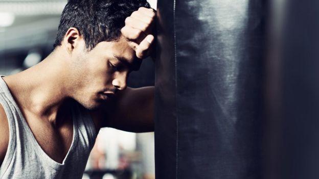 Hombre cansado en un gimnasio.