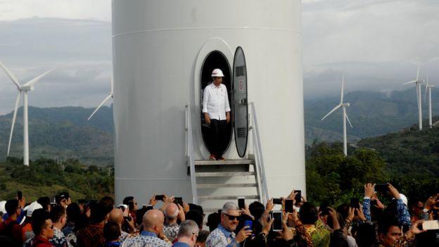 Presiden Joko Widodo keluar dari turbin kincir angin usai meresmikan Pembangkit Listirk Tenaga Bayu (PLTB) di Desa Mattirotasi, Kabupaten Sidrap, Sulawesi Selatan, Senin (2/7).