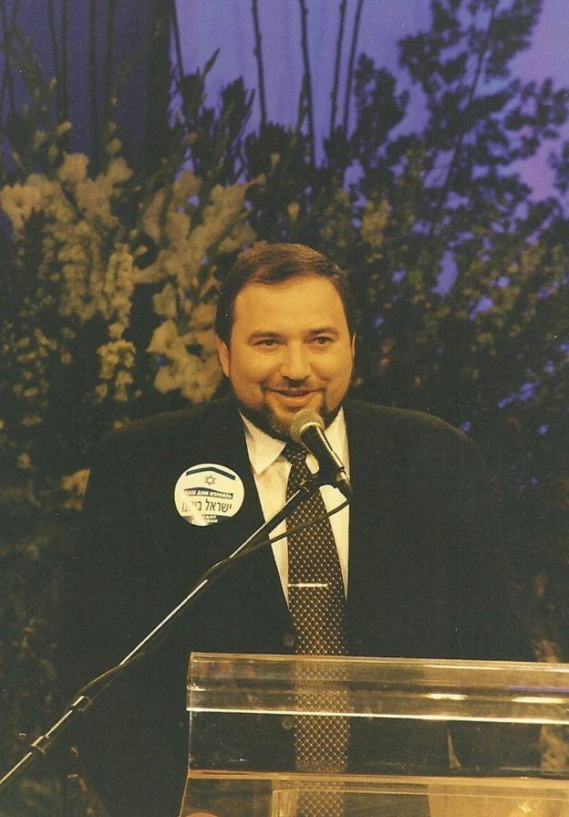Авигдор Либерман на учредительном съезде НДИ, 1999 год