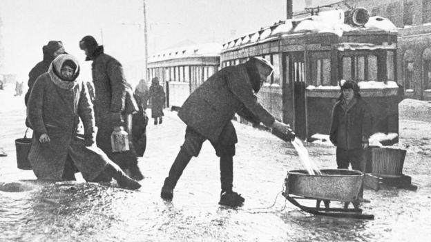 Ленинградцы носят ведрами питьевую воду (зима 1941 года)