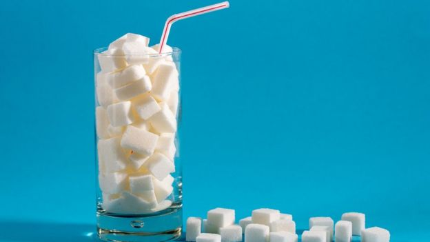 Vaso lleno de cubitos de azúcar