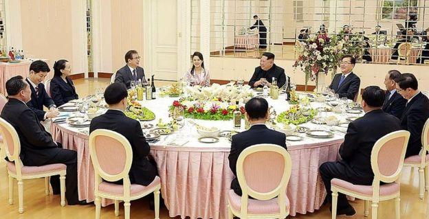 金正恩宴請韓國官員,金正恩的妻子李雪主(左五)和妹妹金與正(左三)參加了宴會。