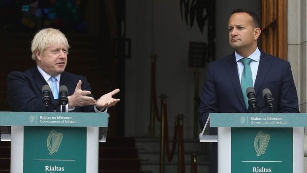 رئيس وزراء أيرلندا ليو فارادكار وبوريس جونسون في مؤتمر صحفي في دبلن