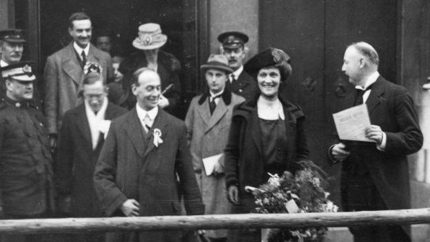 ১৯১৯ সালে ব্রিটেনের প্রথম নারী এমপি হিসেবে নির্বাচিত হন ন্যান্সি অ্যাস্টার।