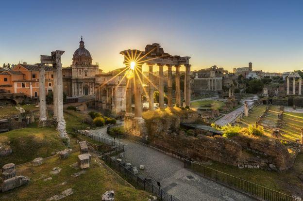 El templo de Saturno en el foro romano, Roma, al amanecer.