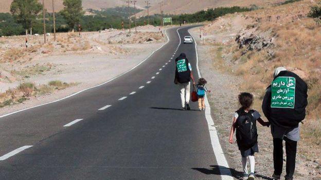 آنها با پای پیاده سفر میکنند و گاهی هم سوار کامیون و تریلی میشوند