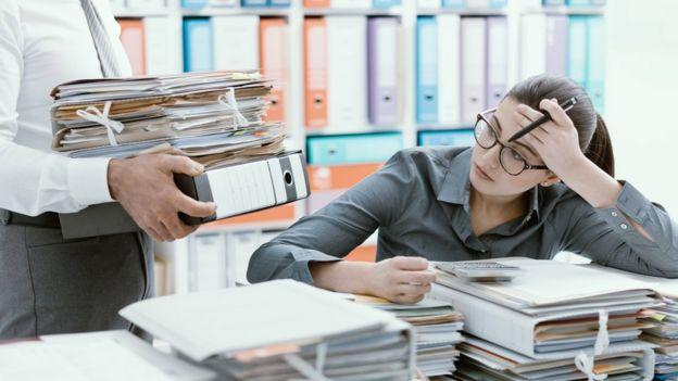 Una mujer recibe mucho trabajo de su jefe