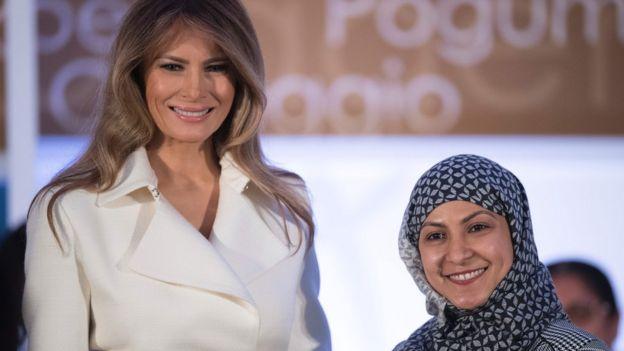 Đệ nhất Phu nhân Melania Trump tặng giải thưởng Nhân quyền cho bà Fadia Najib Thabet của Yemen nhân ngày Phụ nữ Can Đảm Quốc tế tại Washington, DC, 29/03/2017