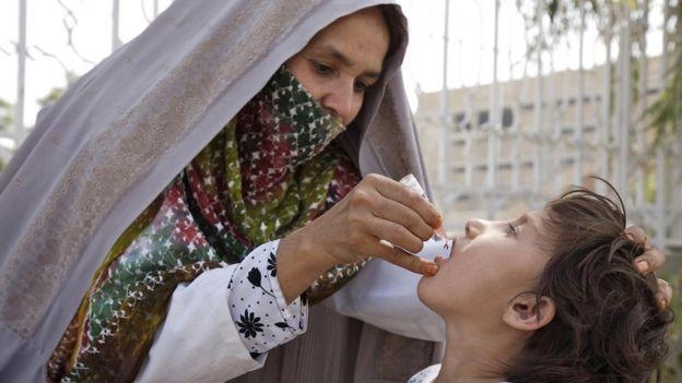 La vacuna contra la polio preserva la salud de millones de personas alrededor del mundo, pero tiene sus orígenes en prácticas éticamente cuestionables.
