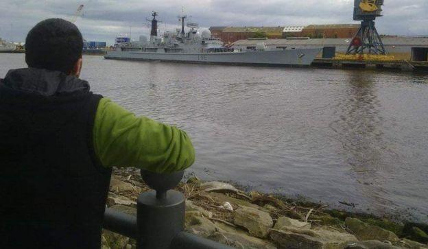 Imagen de Jehad Fadda de espaldas a la cámara, apoyado a una baranda mientras observa un río.