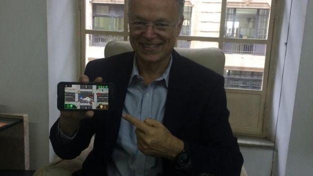Paulo Camiz mostra aplicativo em celular