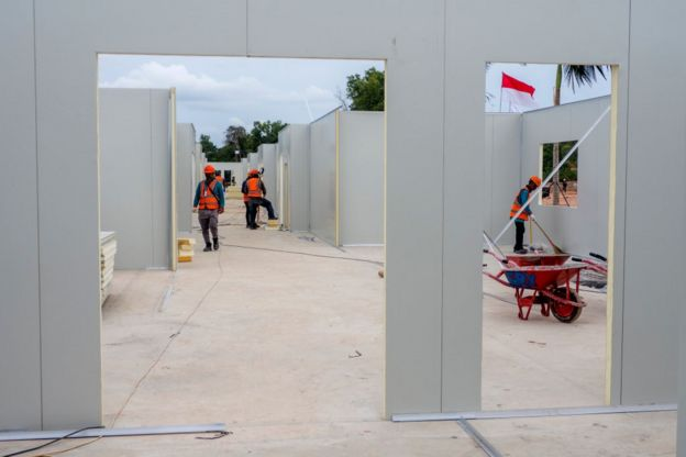 Mới khởi công ngày 6/3, công trình xây trung tâm chữa trị người bị lây nhiễm COVID-19 tại trại tị nạn người Việt ngày xưa trên đảo Galang, Indonesia, đến 20/3 được cho là đã xong 40%