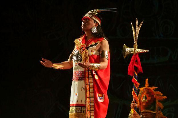 Un actor disfrazado con el tradicional atuendo inca, en Perú