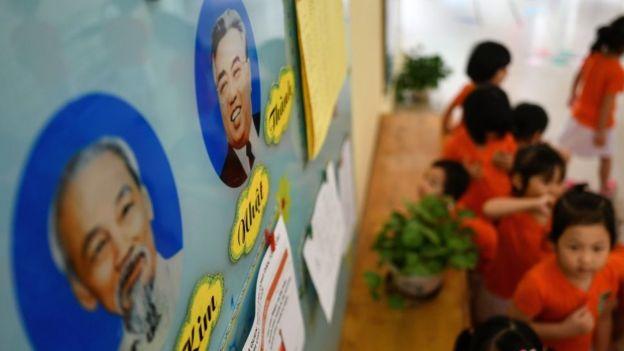 Hình chân dung của lãnh tụ Bắc Hàn Kim Nhật Thành (Kim Il-sung) và Hồ Chí Minh tại một trường mẫu giáo hữu nghị Việt Nam-Bắc Hàn