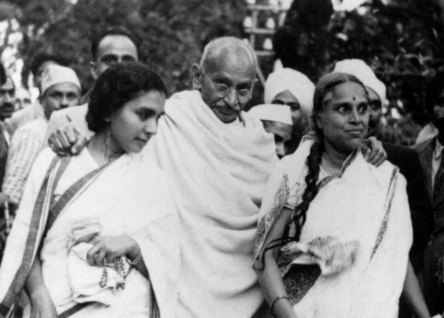 Gandhi con su asociada Sushila Ben (izq.) y su doctora, Sheila Nayar (der.)