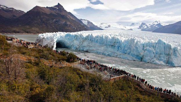 Turistas en el Glaciar Perito Moreno, en la Patagonia argentina.