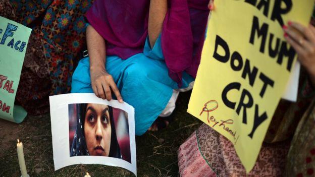 کمپین زنان فعال پاکستان در حمایت از ریحانه جباری. روی تابلوی زرد نوشته شده: مادر گریه نکن