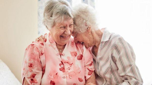 Dos amigas abrazadas