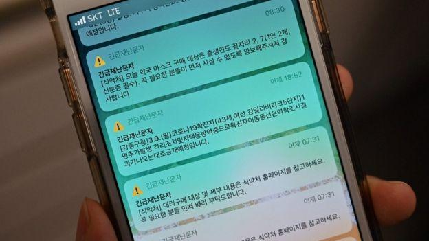 Un teléfono con alertas sobre casos confirmados de covid-19 en áreas cercanas.