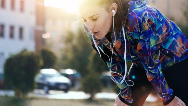 Mujer descansando luego de hacer ejercicio en la calle