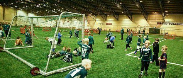 I campi da calcio indoor riparano dal gelo islandese