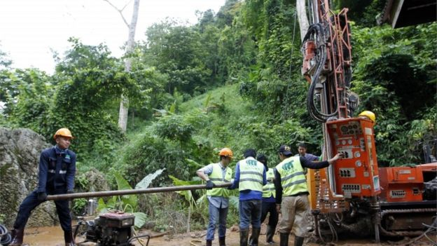 Autoridades na Tailândia tentando perfurar paredes da caverna onde o grupo foi encontrado na Tailândia