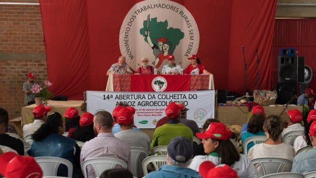 João Pedro Stédile (à esq), coordenador nacional do MST, na abertura da colheita do arroz orgânico