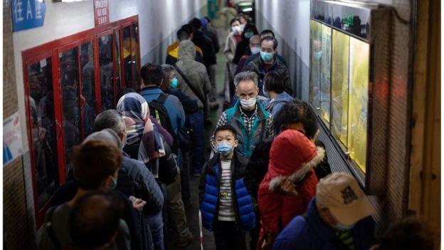 市民排队买口罩。
