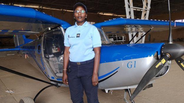 Capitaine Mame Rokhaya Lo dans un aéronef de la gendarmerie Sénégalaise