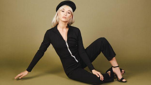Una modelo vistiendo la ropa de Valfre