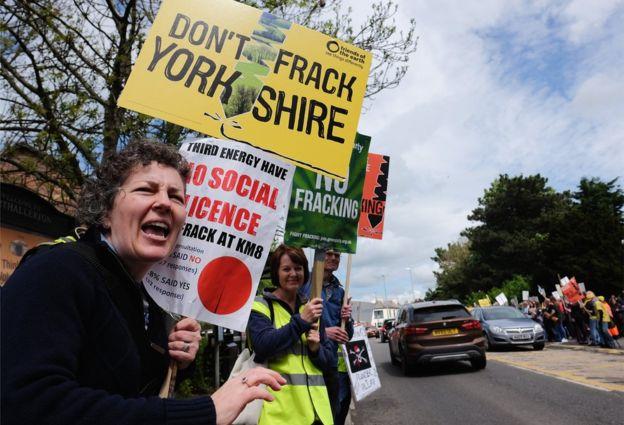 Kaya gazı üretimi çevreye verdiği zararlar ve içme sularına kimyasalların karışmasına yol açması gibi nedenlerle protesto ediliyor