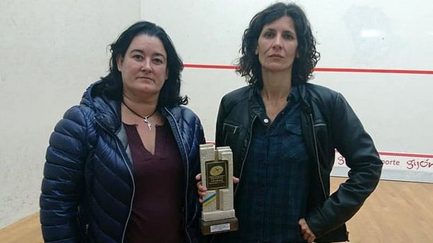 Maribel Toyos of the squash federation of Asturias and competition winner Elisabet Sadó pose with a trophy