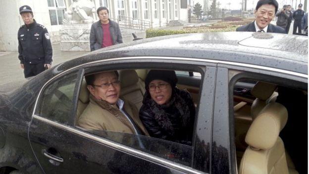 2013年4月,刘霞与律师莫少平抵达其弟弟刘晖庭审现场外。周围全是警察。