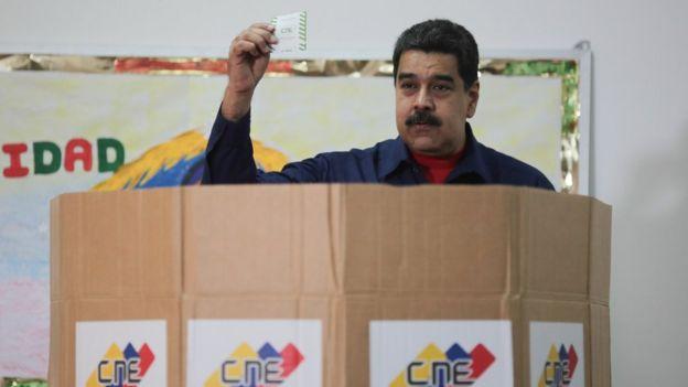 Nicolás Maduro votando