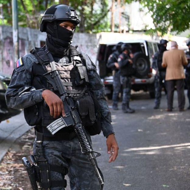 La calle donde queda la residencia de Simonovis en Caracas fue tomada este jueves por el Sebin.