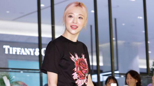 K-pop star Sulli found dead aged 25 - BBC News