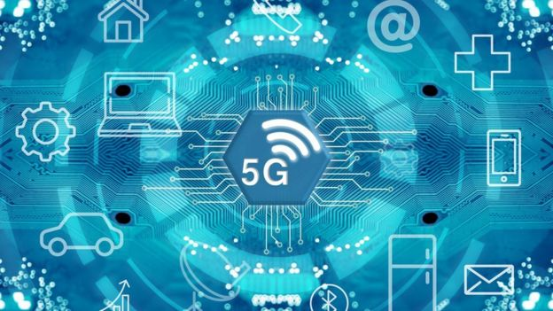 Tecnologia 5G é representada em ilustração com engrenagens, símbolo de rede, arrobas, celulares e linhas de conexões