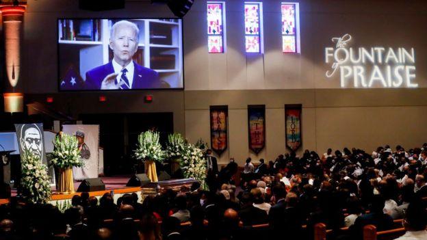 """نائب الرئيس السابق جو بايدن يعطي رسالة مسجلة بالفيديو خلال الجنازة الخاصة لجورج فلويد في كنيسة """"فونتين أوف برايز"""" في 9 يونيو/حزيران 2020 في هيوستن، تكساس"""