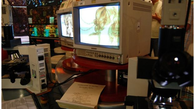 Monitor de microscópio em laboratório de pesquisa